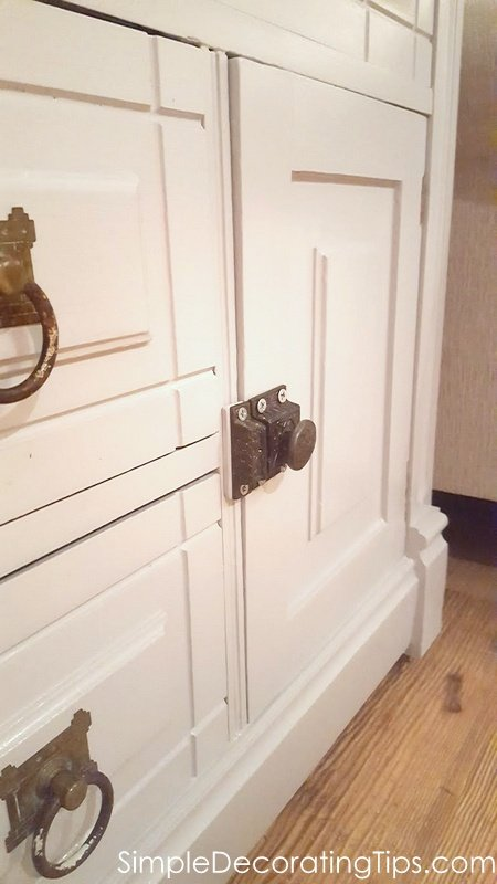 SimpleDecoratingTips.com door closes and latches now