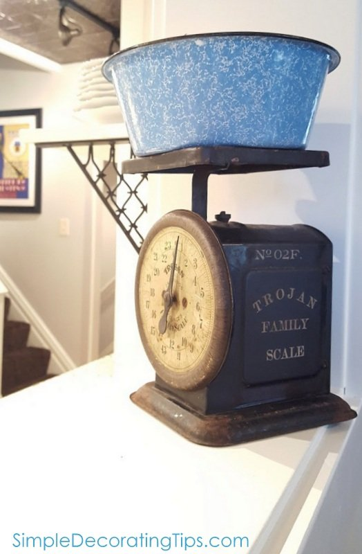 SimpleDecoratingTips.com Trojan family scale with enamel bowl